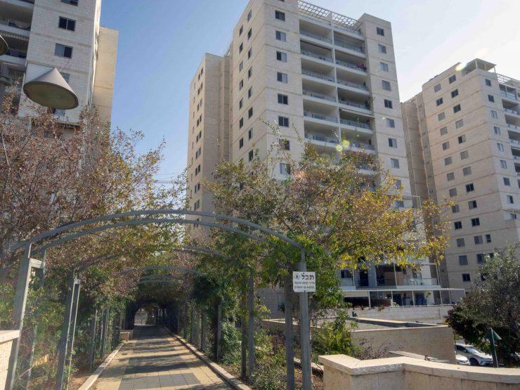 למכירה, דירת 5 חדרים במרכז העיר מודיעין.